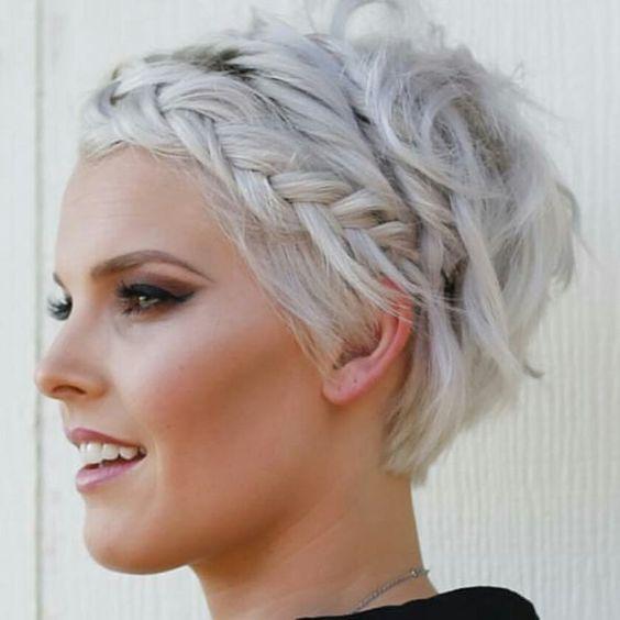 Белые платиновые волосы: короткая растрёпанная стрижка с косой
