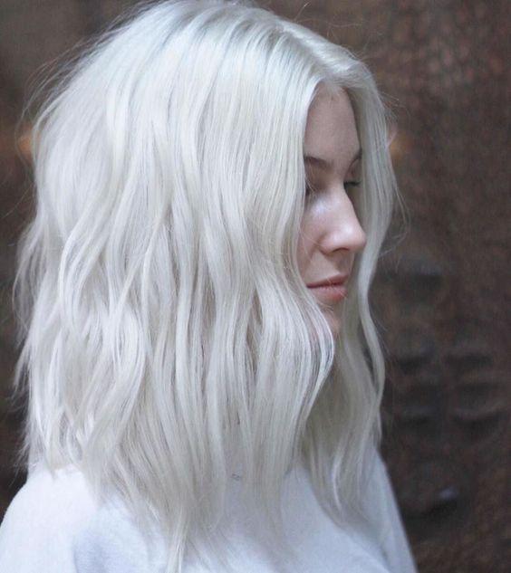 Белые платиновые волосы: простая укладка на прямой пробор