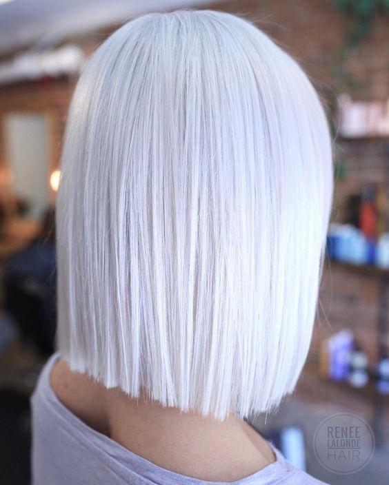 Белые платиновые волосы: гладкий белоснежный боб-каре
