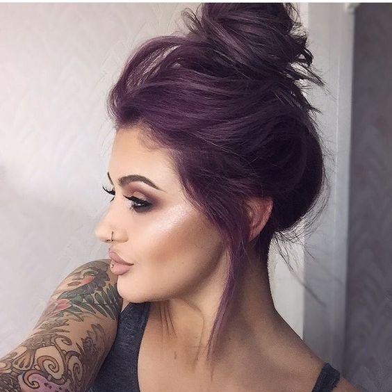 Фиолетовые волосы - сливовый высокий пучок