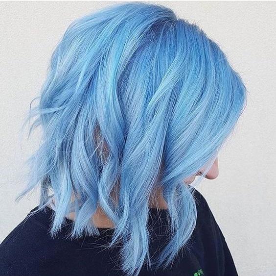 Голубые волосы - короткое боб-каре с вертикальными локонами