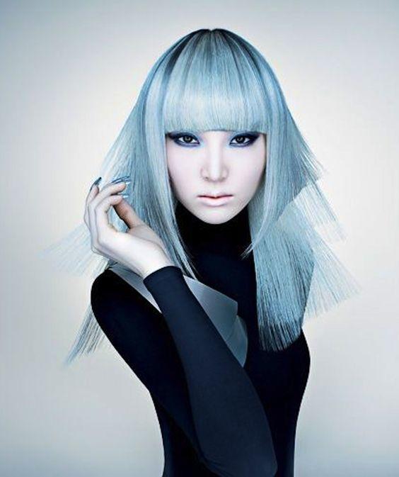 Голубые волосы - азиатская девушка с длинной чёткой стрижкой