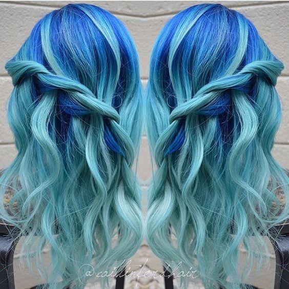 """Голубые волосы - причёска """"водопад"""" с лёгкими локонами"""
