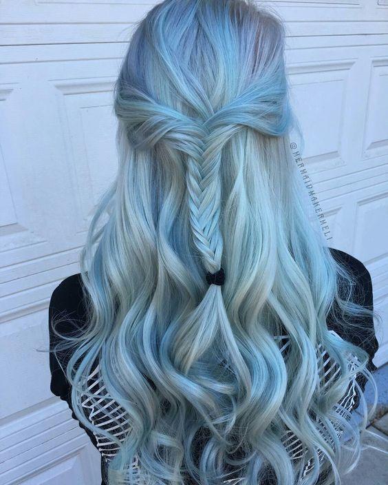 Голубые волосы - длинные локоны с французской косой