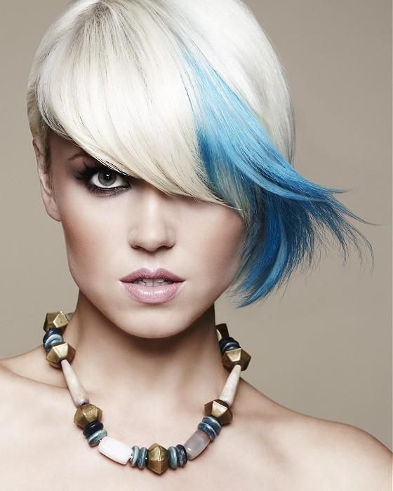 Голубые волосы - короткая стрижка платинового цвета с голубой прядью