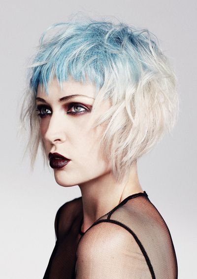 Голубые волосы - короткий асимметричный боб-каре с бирюзовой чёлкой макушкой