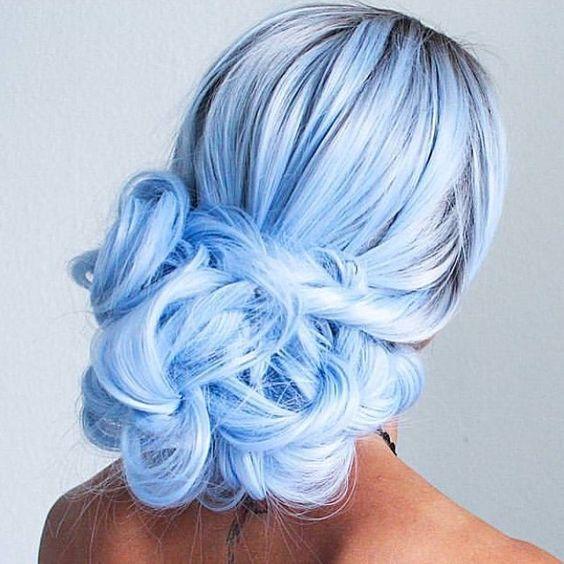 Голубые волосы - низкая вечерняя укладка с крупным пучком