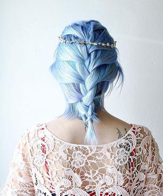 Голубые волосы - романтичный стиль со свадебной косичкой