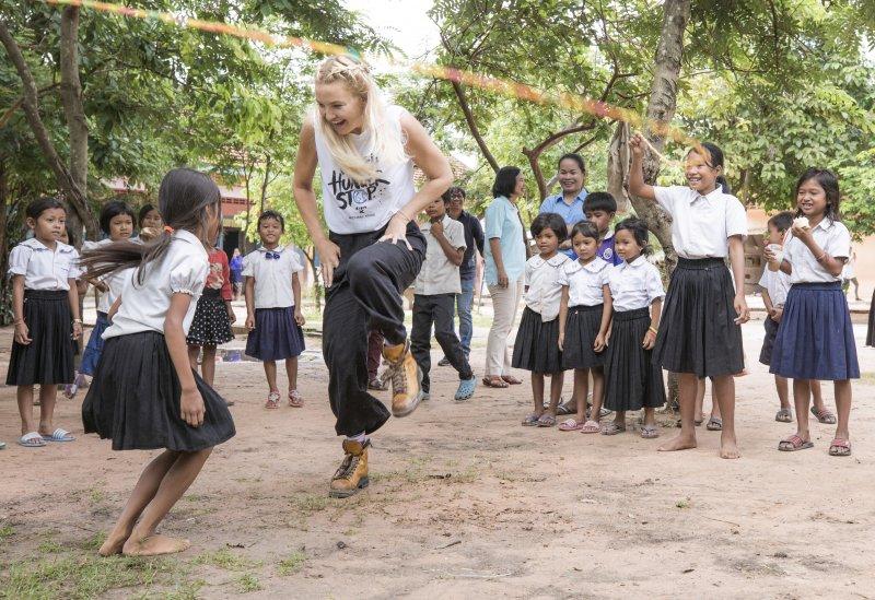 Michael Kors Watch Hunger Stop - Кейт Хадсон посещает Камбоджу