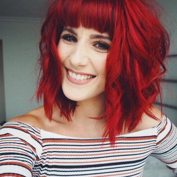 Красные волосы - яркий боб-каре с густой чёлкой и локонами