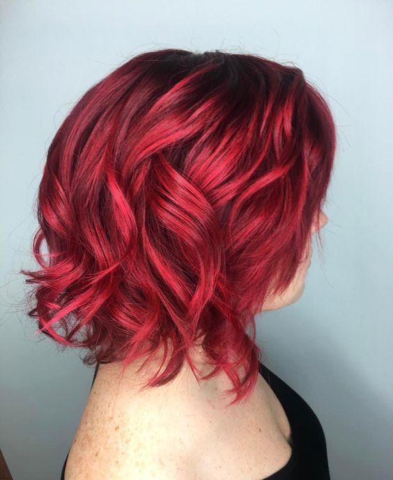 Красные волосы - гранатовый оттенок для стрижки каре с крупными локонами
