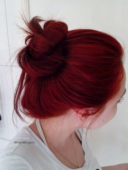 Красные волосы - расслабленный пучок и вишнёвый цвет