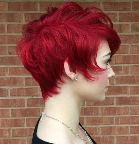 Красные волосы - яркая короткая стрижка в пламенном холодном оттенке