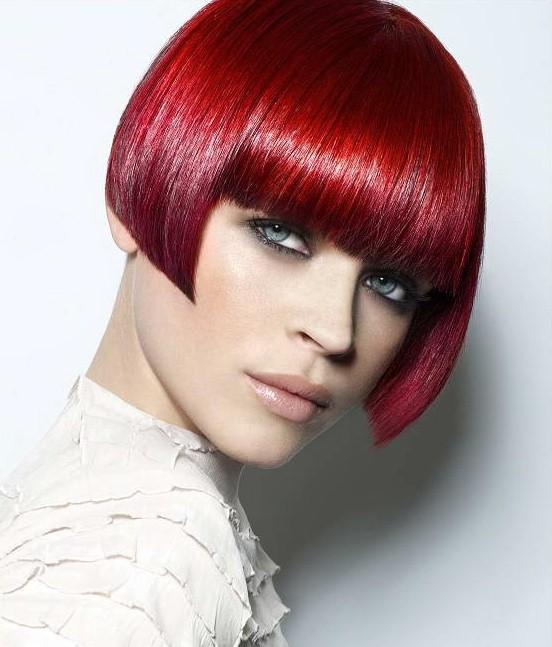 Красные волосы - боб-каре с чёлкой в насыщенном гранатовом оттенке
