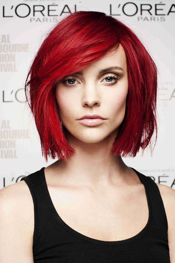 Красные волосы - стильная стрижка боб-каре с длинной чёлкой