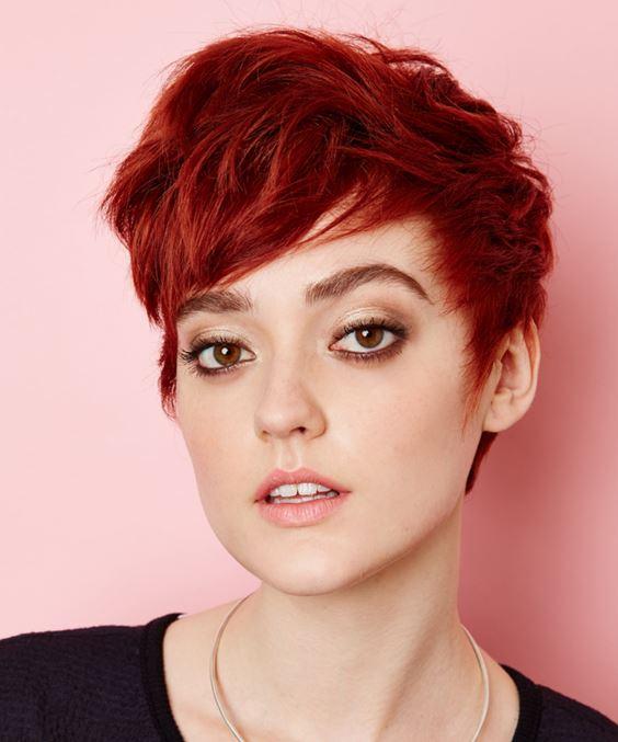 Красные волосы - короткая стрижка пикси в огненном оттенке