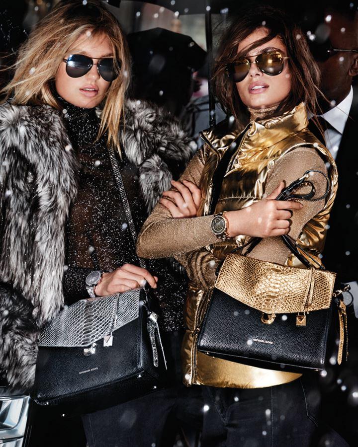 MICHAEL Michael Kors Holiday 2018 - шуба и золотая жилетка с сумками со змеиным принтом