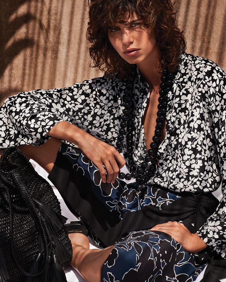 Michael Kors Collection Resort 2018 - цветочная блузка с крупными чёрными бусами