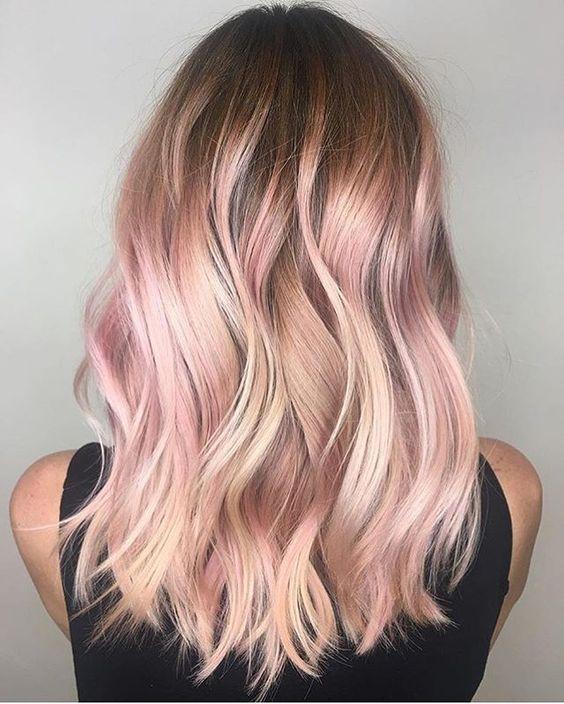 Розовые волосы: средняя длина и пляжные локоны