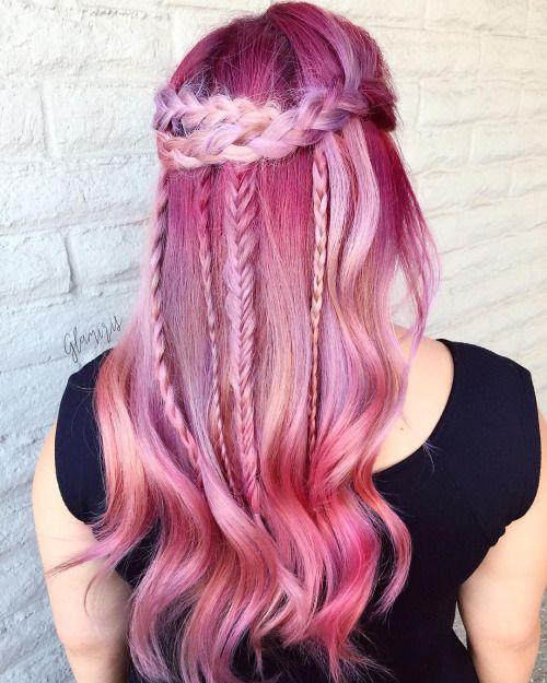 Розовые волосы: яркие длинные волосы с тонкими косами