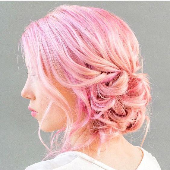 Розовые волосы: низкий пучок в зефирных оттенках