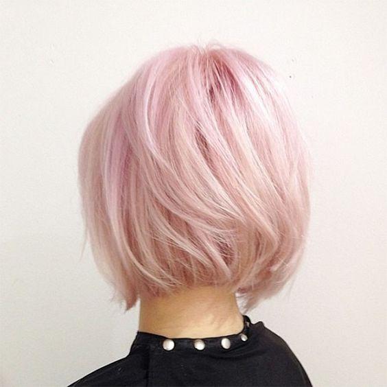 Розовые волосы: боб-каре в бледно-розовом оттенке