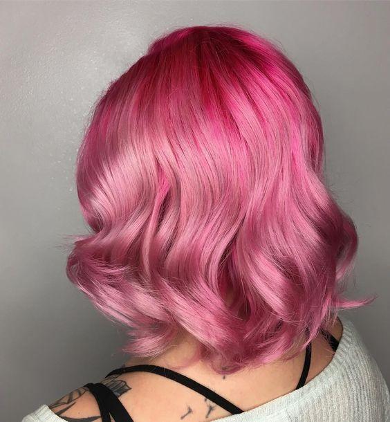 Розовые волосы: яркий объёмный волнистый боб-каре