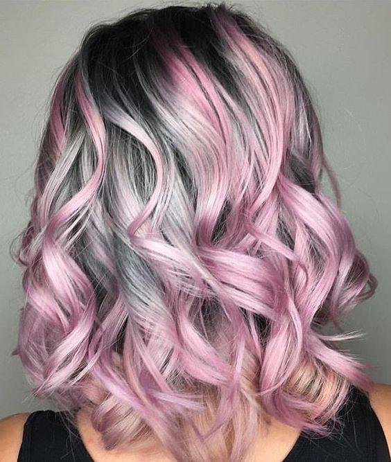 Розовые волосы: яркие пряди на серой основе