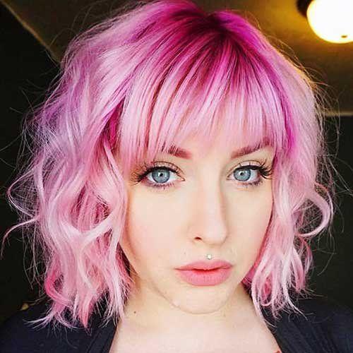Розовые волосы: яркий оттенок для волнистого каре с рваной чёлкой