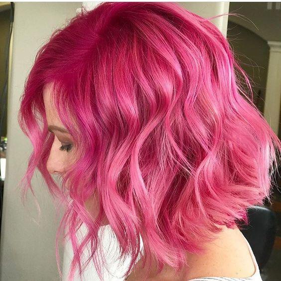 Розовые волосы: яркий цвет для волнистого боб-каре