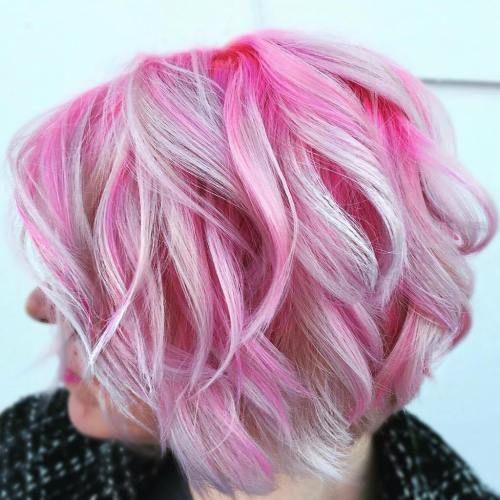 Розовые волосы: волнистый боб-каре с яркими и белыми прядями