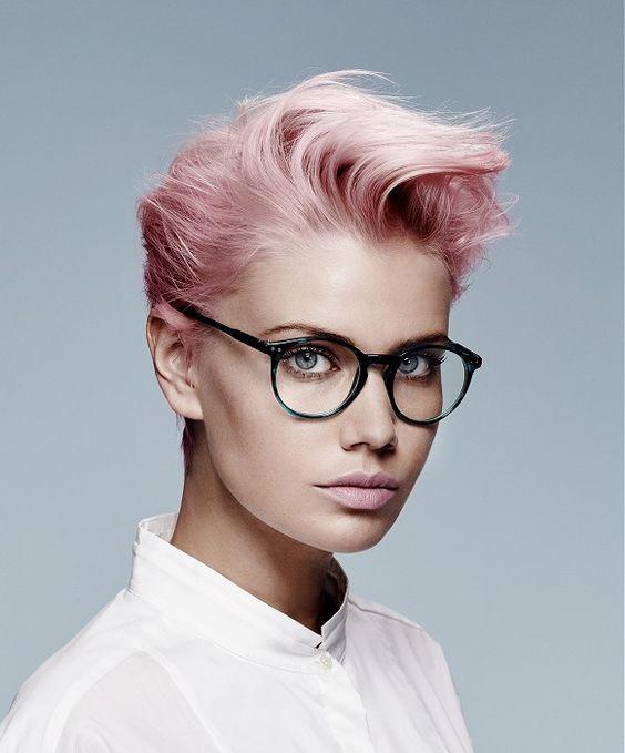 Розовые волосы: короткая стрижка в приглушённом светлом оттенке