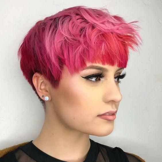 Розовые волосы: короткая стрижка с чёлкой в ярком оттенке