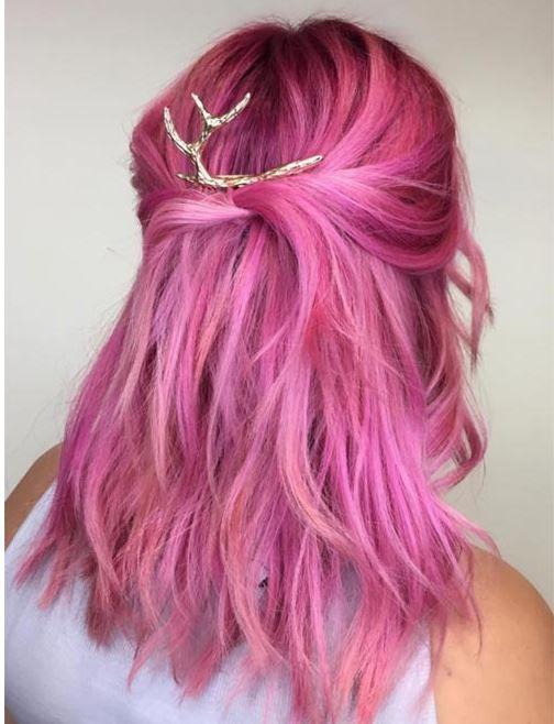 Розовые волосы: яркий оттенок для рваной стрижки средней длины