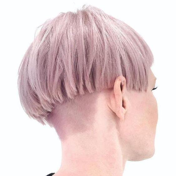 Розовые волосы: стрижка горшок в бледном сиреневом оттенке