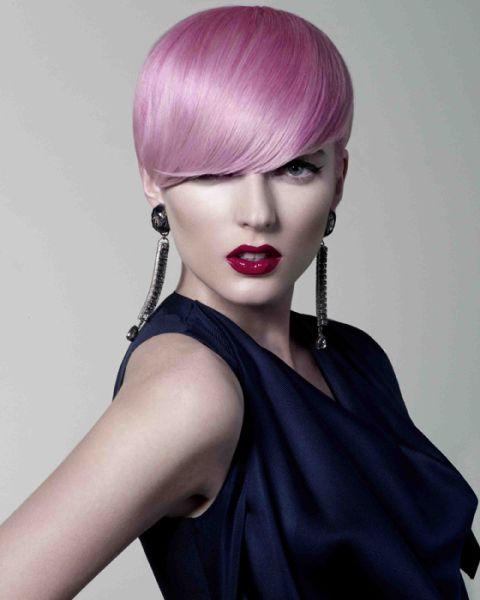 Розовые волосы: короткая стрижка в холодном ярком оттенке