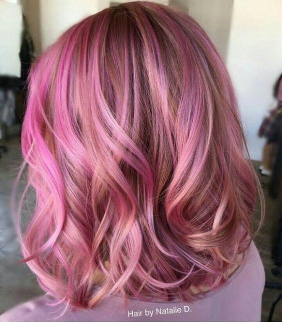 Розовые волосы: боб-каре с цветными прядями