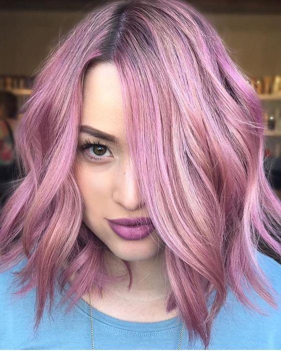Розовые волосы: стрижка шэг в сиреневом оттенке