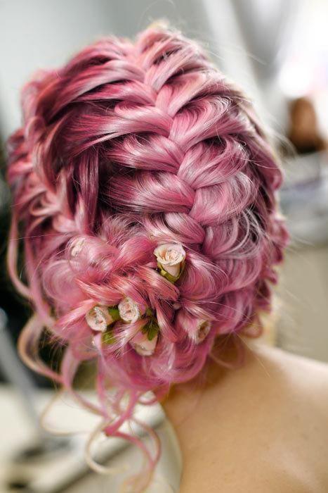 Розовые волосы: свадебная коса с декоративными цветами