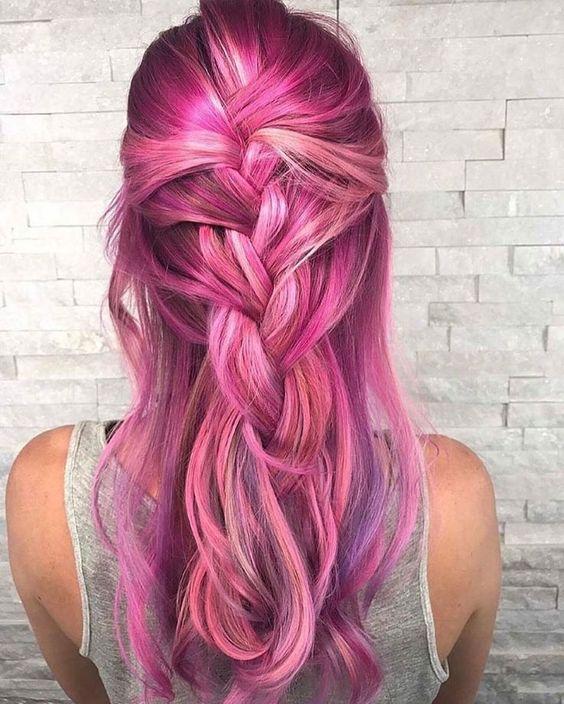 Розовые волосы: растрёпанная коса с яркими прядями