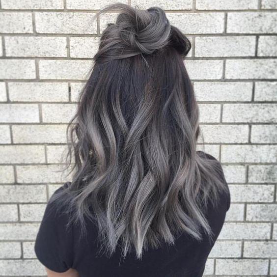 Серые волосы: средняя длина и высокий пучок-мальвина