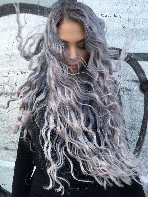 Серые волосы: длинные локоны стального оттенка