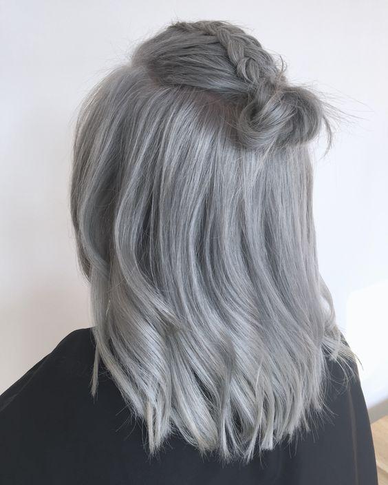 Серые волосы: длинный боб-каре пепельного оттенка