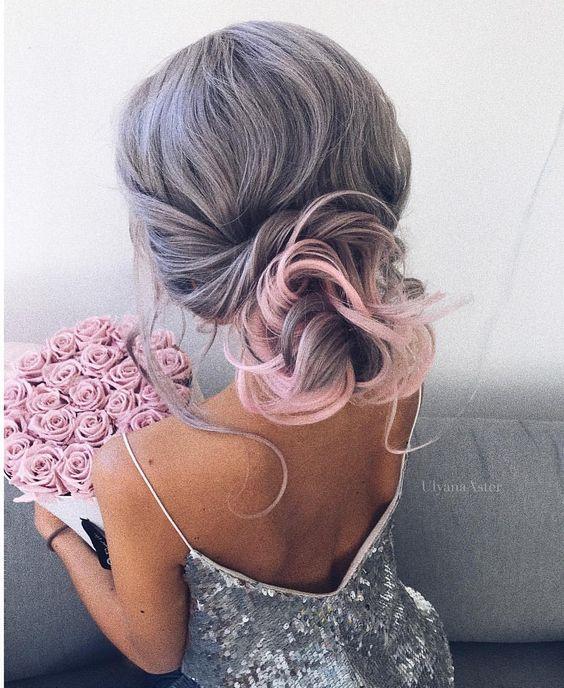 Серые волосы: низкий объёмный пучок с розовыми прядями