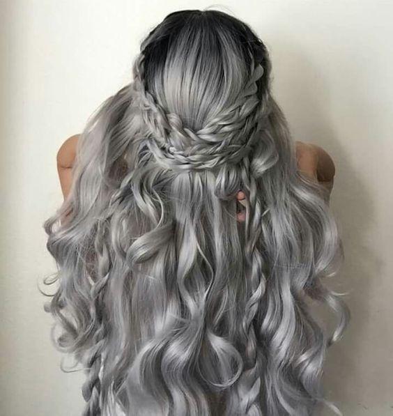 Серые волосы: длинные локоны и коса-корона