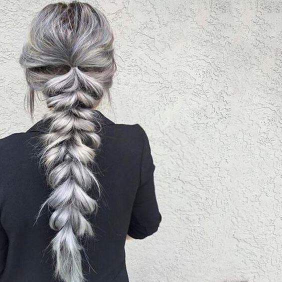 Серые волосы: длинная объёмная коса