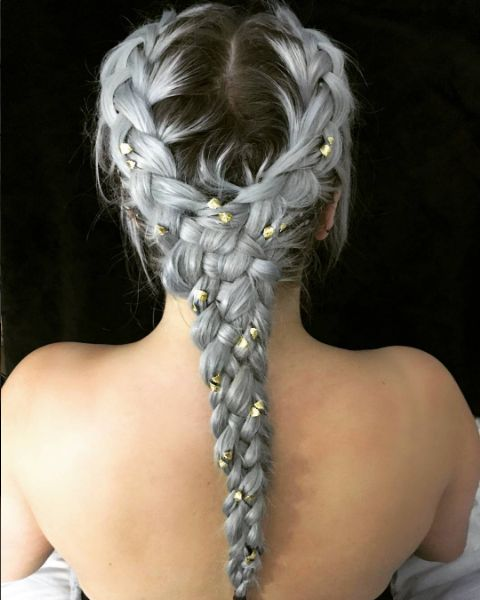 Серые волосы: длинная объёмная плетеная укладка