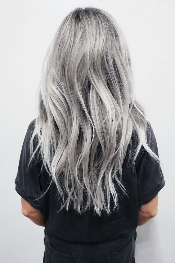 Серые волосы: длина до пояса и серебристый оттенок