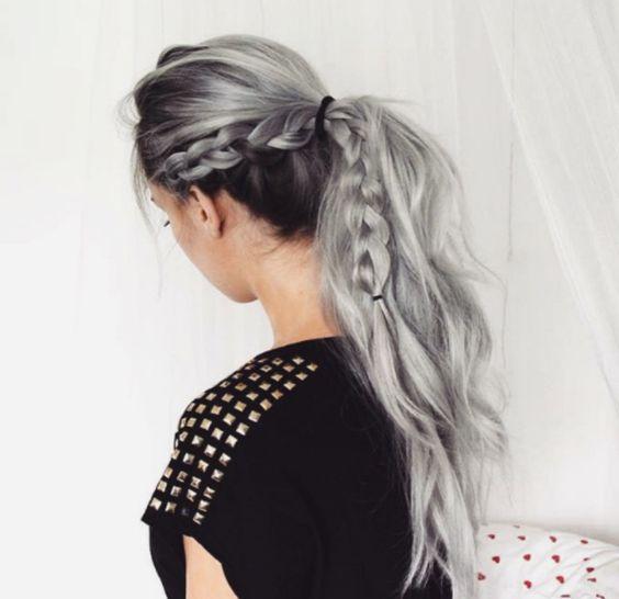 Серые волосы: длинный растрёпанный хвост с косой