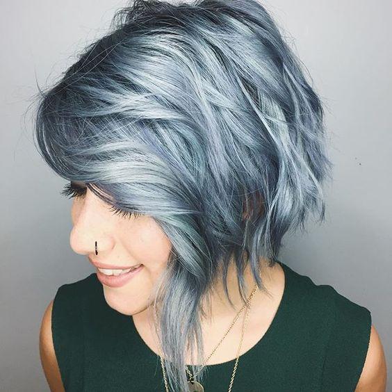 Серые волосы: асимметричный боб-каре серо-голубого оттенка